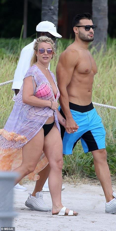 Britney Spears mac bikini, om chat ban trai kem tuoi tren bien hinh anh 9