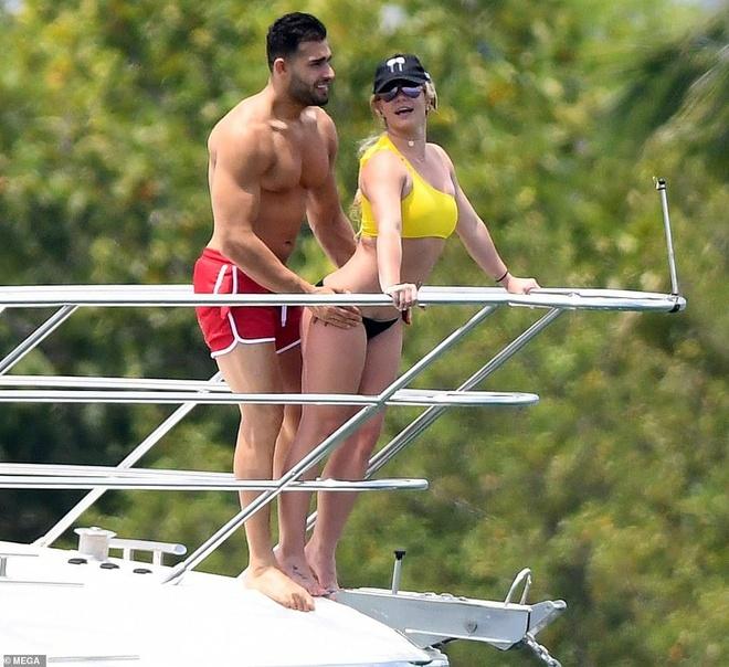 Britney Spears mặc bikini, ôm chặt bạn trai kém tuổi trên biển