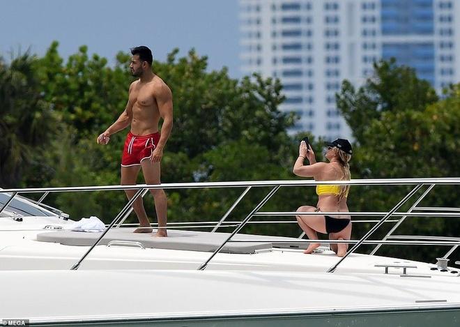Britney Spears mac bikini, om chat ban trai kem tuoi tren bien hinh anh 4