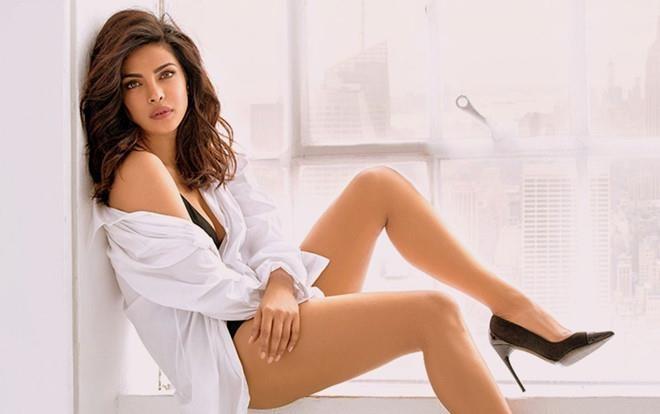 Hoa hau The gioi Priyanka Chopra bi chi trich vi hut thuoc la hinh anh 2