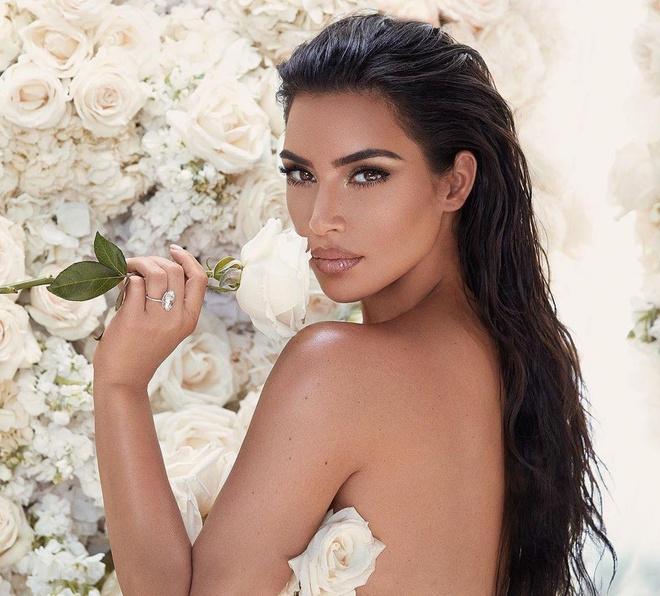 Ban than cua Kim Kardashian bi to ep nguoi mau gui anh khoa than hinh anh 2