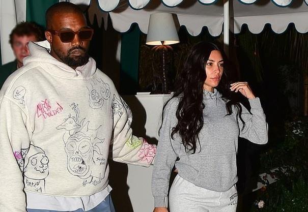 Kim Kardashian kem sac, nhot nhat khi de mat moc di an toi voi chong hinh anh 1