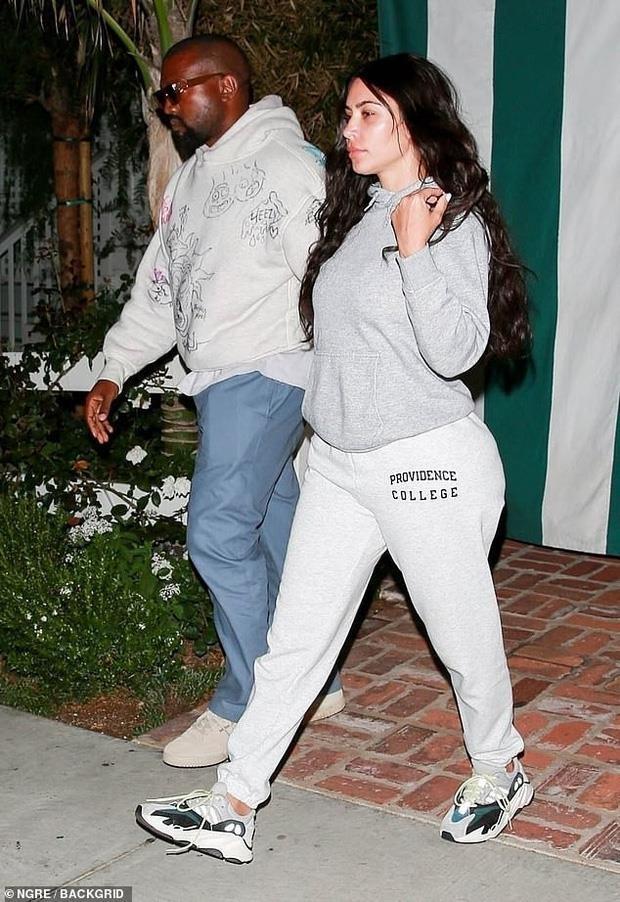 Kim Kardashian kem sac, nhot nhat khi de mat moc di an toi voi chong hinh anh 2