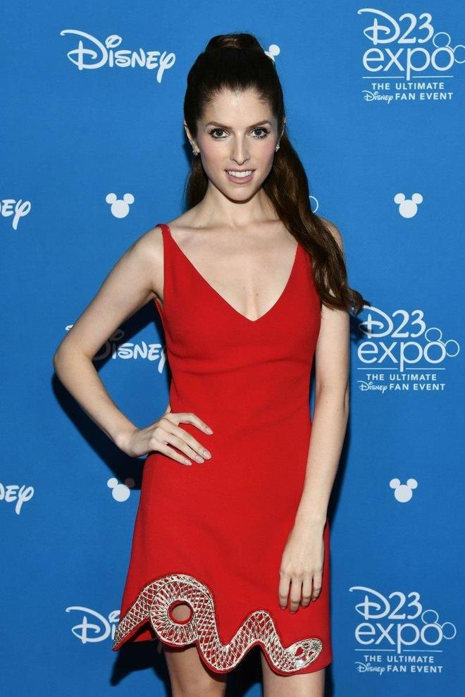 Angelina Jolie, Elle Fanning va dan sao Hollywood quy tu tren tham do hinh anh 3
