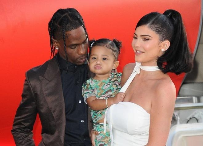 Kylie Jenner đưa con gái dự ra mắt phim của bạn trai