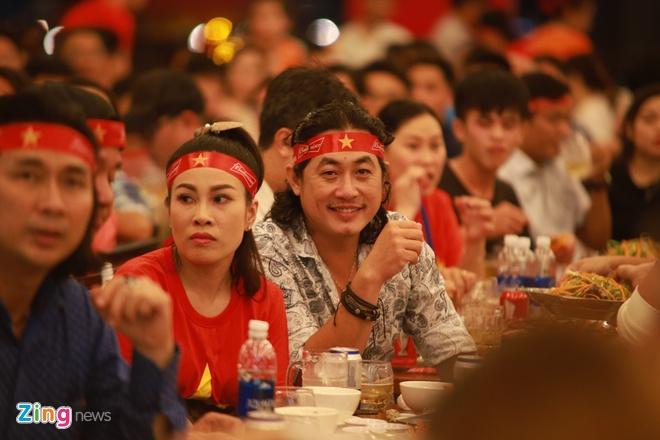 Đạo diễn Khoa Nam vui vẻ cùng người hâm mộ có mặt tại quán ăn ở quận 7 (TP.HCM) để cổ vũ tuyển Việt Nam. Anh liên tục hô vang:
