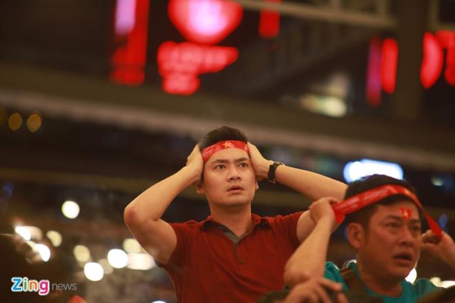 Diễn viên Minh Luân hồi hộp theo từng pha bóng lăn. Anh liên tục ôm đầu, tiếc nuối trước bàn thắng hụt của tuyển Việt Nam. Nam diễn viên cho biết nếu đội tuyển Việt Nam giành thắng lợi trước Thái Lan, anh sẽ đi bão cùng các khán giả.