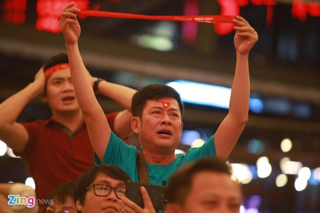 Không thể có mặt tại sân vận động, diễn viên Tấn Beo cùng nhiều nghệ sĩ đã theo dõi trận bóng từ màn hình lớn ở TP.HCM. Anh tỏ ra thất vọng, thẫn thờ vì trọng tài từ chối công nhận bàn thắng của Quế Ngọc Hải.