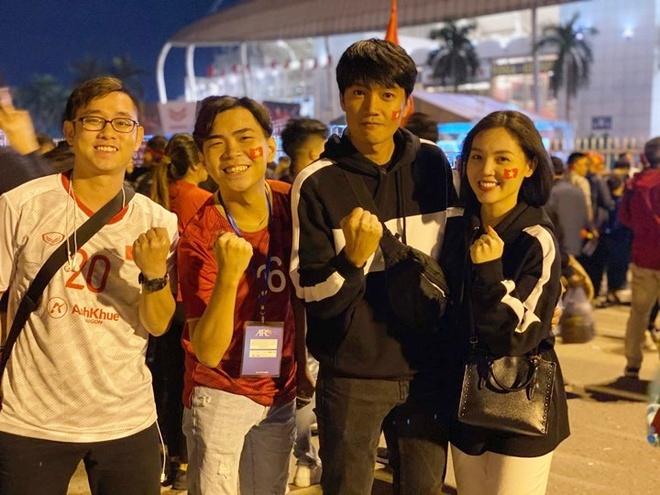 Tối  19/11, trận đấu giữa tuyển Việt Nam và đội khách Thái Lan trong khuôn khổ bảng G vòng loại thứ hai World Cup 2022 khu vực châu Á diễn ra vào lúc 20h tại Sân vận động Mỹ Đình (Hà Nội). Vợ chồng diễn viên Quang Tuấn - Linh Phi và Minh Dự đã sắp xếp thời gian để có mặt đúng giờ tại địa điểm tổ chức.Các nghệ sĩ đều quyết định không nhận show trước ngày thi đấu của đội tuyển.