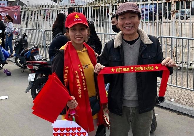 Ngay từ sớm, diễn viên gạo cội Huỳnh Kiến An đã có mặt tại sân vận động để theo dõi trận đấu giữa tuyển Việt Nam và Thái Lan.