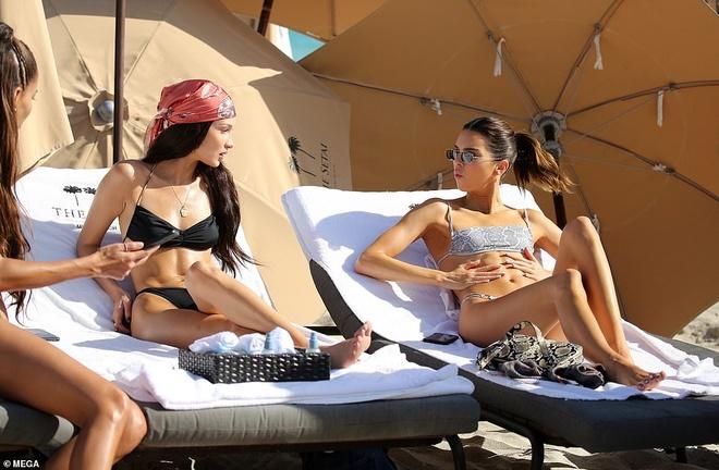Kendall Jenner, Bella Hadid khoe dang voi bikini hinh anh 1