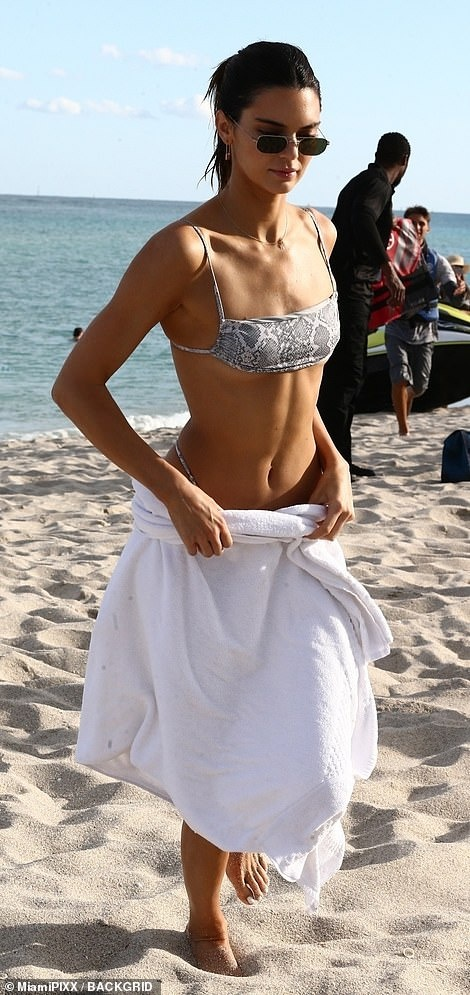 Kendall Jenner, Bella Hadid khoe dang voi bikini hinh anh 6