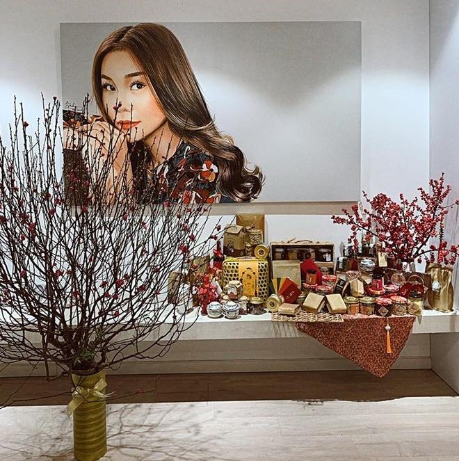 Siêu mẫu Thanh Hằng khoe góc nhỏ ấm áp trong căn nhà của cô được trang trí bởi hoa đào và nhiều món quà ngày Tết.