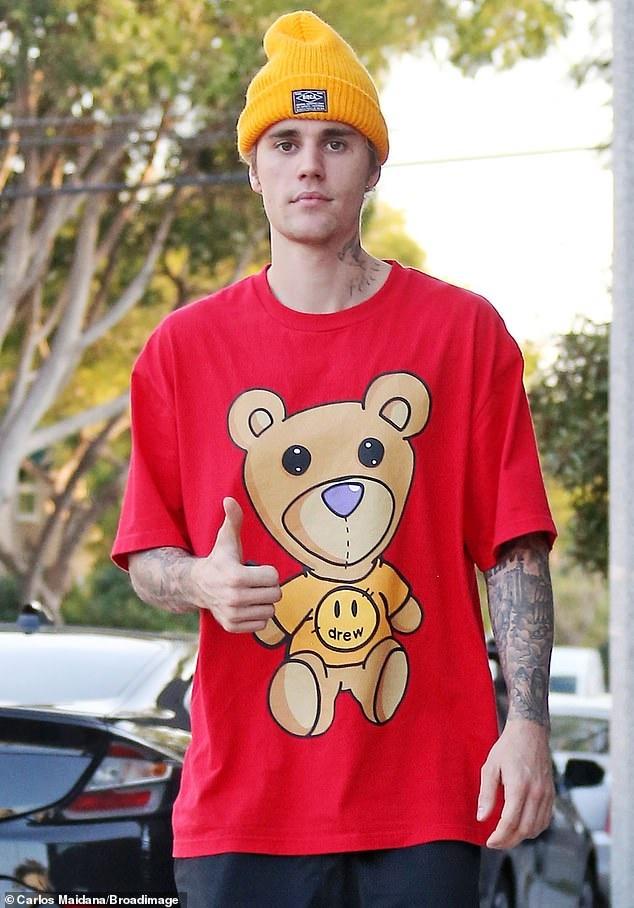 Hailey Bieber dien crop-top, khoe co bung hinh anh 4 juuu.jpg
