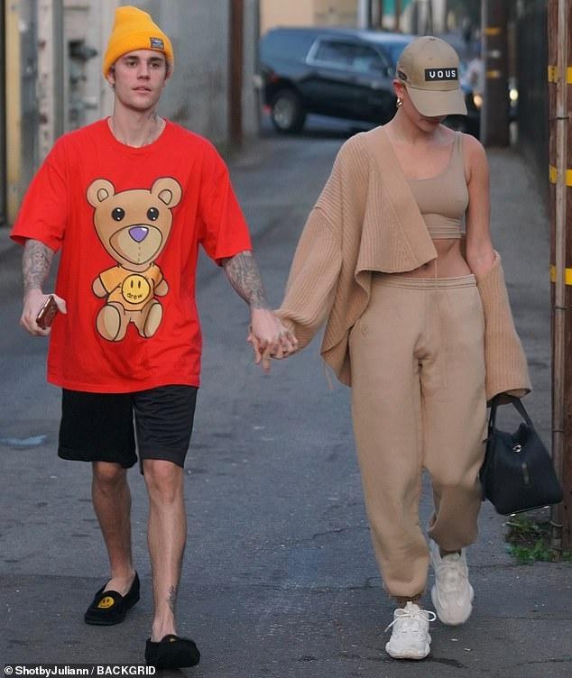 Hailey Bieber dien crop-top, khoe co bung hinh anh 3 juuuu.jpg