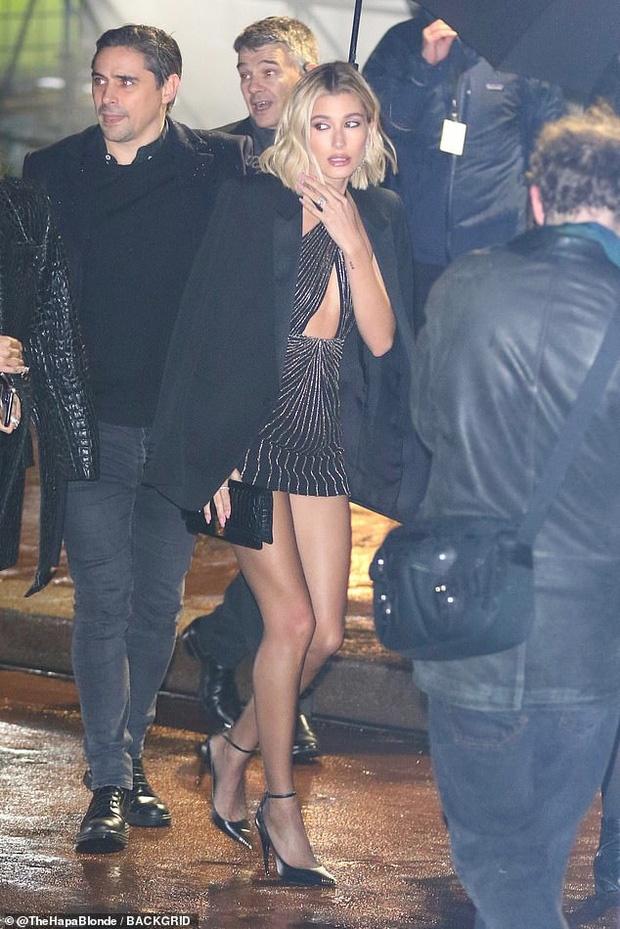 Hailey Bieber duoc khen goi cam o Paris Fashion Week hinh anh 4 vong5.jpg
