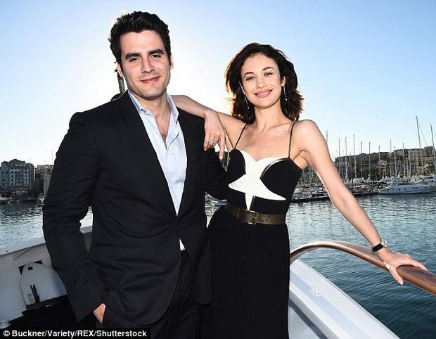 'Bond Girl' chia tay ban trai kem 9 tuoi hinh anh 1 bon.jpg