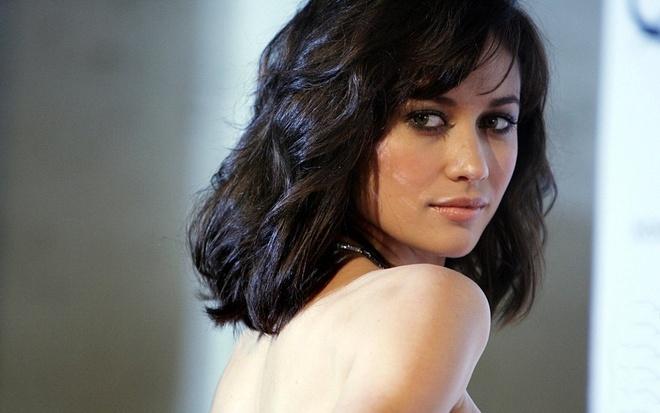 'Bond Girl' chia tay ban trai kem 9 tuoi hinh anh 2 bonn.jpg