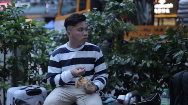 'De duoc di Singapore, toi chap nhan xep hang mua iPhone khong cong' hinh anh