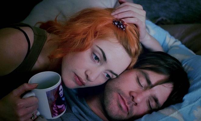 Eternal Sunshine of Spotless Mind: Bộ phim có sự tham gia của Jim Carrey và Kate Winslet đã mang đến một câu chuyện tình yêu đầy đau thương. Vì quá đau khổ sau khi chia tay, hai nhân vật chính đã quyết định xóa hết đi những ký ức về nhau. Không khai thác quá sâu vào lý do dẫn đến sự đổ vỡ trong tình cảm, Eternal Sunshine of Spotless Mind lại tập trung vào trí óc và cảm xúc của những con người đang cố gắng bước tiếp bằng cách lãng quên nhau như chưa từng tồn tại. Hành trình quên đi mối tình cũ và bước tiếp chưa bao giờ là dễ dàng, không chỉ với hai nhân vật chính mà với tất cả những ai đã từng yêu và được yêu.