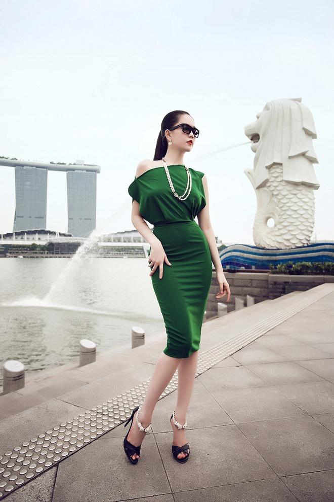 Ngoc Trinh goi cam tren duong pho Singapore hinh anh 5