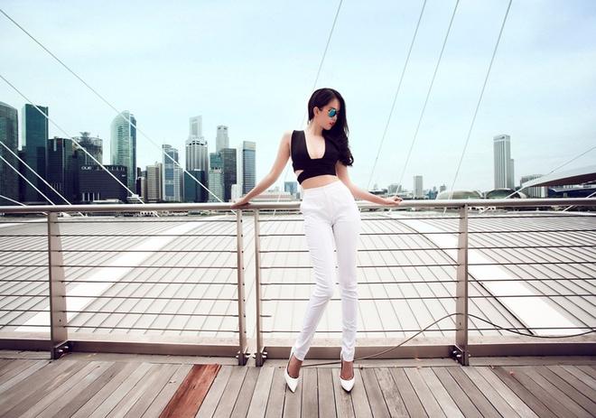 Ngoc Trinh goi cam tren duong pho Singapore hinh anh 1
