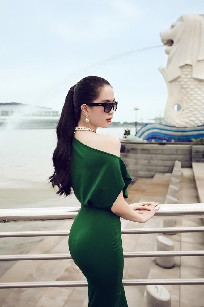 Ngoc Trinh goi cam tren duong pho Singapore hinh anh 6