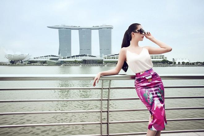 Ngoc Trinh goi cam tren duong pho Singapore hinh anh 11