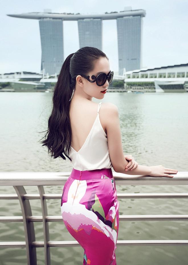 Ngoc Trinh goi cam tren duong pho Singapore hinh anh 12