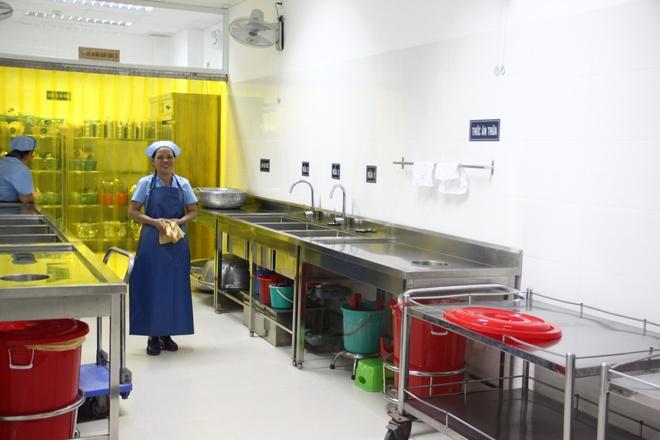 Nhân viên cấp dưỡng làm việc tại mô hình mẫu bếp ăn bán trú.