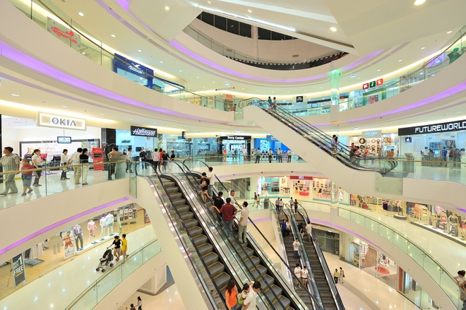 Huong Tram va Vo Trong Phuc 'hoi ngo' tai Crescent Mall hinh anh