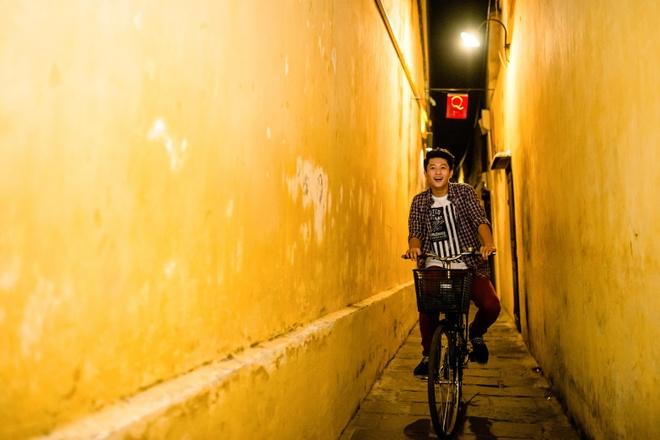 """Thế giới thay đổi từ những điều nhỏ nhất, những hành vi đơn giản nhất và bởi những người dám bước ra khỏi nhịp sống quen thuộc, ngắm nhìn thế giới và khám phá. Khi cuộc sống dần đi vào lối mòn, ai cũng có thể tự mở ra cho mình một hành trình để trải nghiệm những điều mới mẻ như Harry Lu. Đó là lý do giúp cuộc thi ảnh """"Khám phá thành phố của thế giới"""" đang thu hút hàng ngàn bạn trẻ tham dự. Bạn cũng có thể tham gia hành trình này bằng cách chụp ảnh với Heineken tại chính thành phố của mình và gửi về email nguoidanduongheineken@gmail.com. Những người chiến thắng sẽ trở thành Người Dẫn Đường của thành phố và nhận được phần thưởng đẳng cấp quốc tế từ chương trình. Hà Mỹ Giang"""