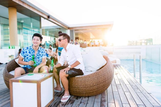 Harry cũng không quên rủ vài người bạn thân thưởng thức chai bia Heineken mát lạnh, sảng khoái ngay tại bể bơi vô cực trên sân thượng.