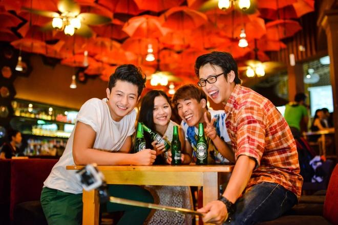 Giống như hầu hết bạn trẻ khác, Harry Lu thích tụ tập cùng bạn bè vào buổi tối. Vài chai bia lạnh, âm nhạc vui vẻ ở OQ đủ khiến cả nhóm có một cuối tuần xả hơi đúng nghĩa.