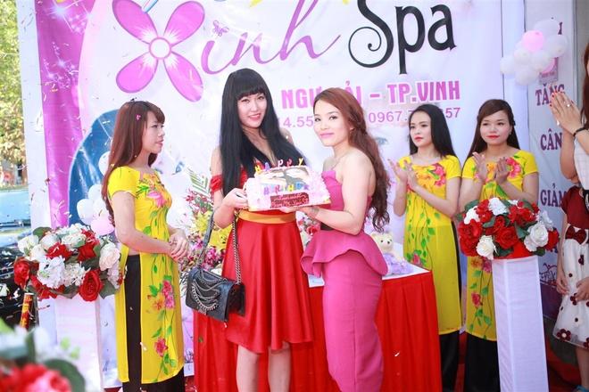 Phi Thanh Van dien dam do ra mat Xinh Spa hinh anh