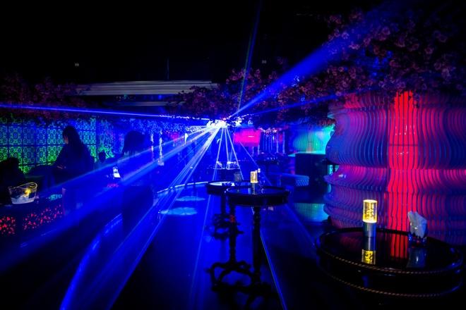 Quen ma la voi hanh trinh kham pha Nha Trang hinh anh 3 Ánh sáng của Eva Lounge được thiết kế độc đáo, làm nổi bật các họa tiết sống động trong không gian.