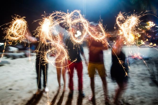 Quen ma la voi hanh trinh kham pha Nha Trang hinh anh 7 Những bữa tiệc đầy màu sắc của với âm nhạc sống động cùng pháo hoa rực rỡ sẽ khuấy động chuyến hành trình của bạn.