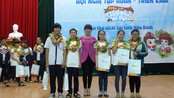 Mot ngay trai nghiem Chinh Phuc Vu Mon tai Hoa Binh hinh anh 5 Duy Khánh và các bạn trường THCS Lý Tự Trọng trong niềm vui chiến thắng.
