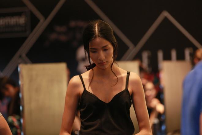 Le Thuy duoc cham chut ky cang trong hau truong Elle show hinh anh 12   … và tạo điểm nhấn với hai lọn xoăn nữ tính.