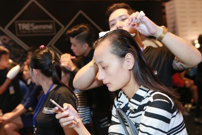 Le Thuy duoc cham chut ky cang trong hau truong Elle show hinh anh 2   Nhà tạo mẫu tóc của Tresemmé (Unilever) - thương hiệu chăm sóc và tạo kiểu tóc từ Mỹ chăm chú tạo kiểu cho người đẹp. Đây là cái tên đồng hành với rất nhiều chương trình thời trang lớn như New York Fashion Week, Asia's Next Top Model, Vietnam's Next Top Model…