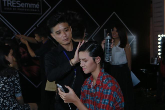Le Thuy duoc cham chut ky cang trong hau truong Elle show hinh anh 5      Chuyên gia áp dụng kỹ thuật tạo kiểu trên từng lớp tóc của Lâm Thu Hằng.