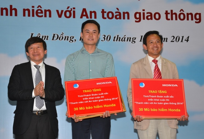 Trao giai cuoc thi 'Thanh nien voi an toan giao thong 2014' hinh anh