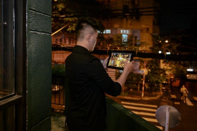 Mot ngay lam viec 'het cong suat' cua VJ Ngoc Trai hinh anh 8 Tối đến, phát hiện một góc phố tuyệt đẹp dưới ánh đèn vàng, chàng VJ vốn có đam mê chụp ảnh lập tức tháo rời chiếc tablet khỏi bàn phím để ghi lại khoảnh khắc ấy.