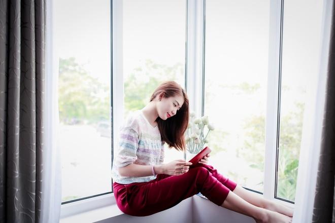 Theo chan hotgirl BB&BG den giang duong hinh anh 10   Cô cũng dành thời gian để đọc những tựa sách hay lấy cảm hứng cho diễn xuất của mình.