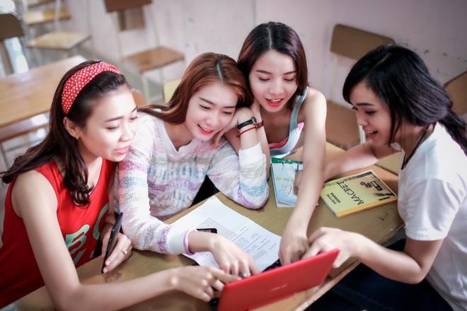 Theo chan hotgirl BB&BG den giang duong hinh anh 4 Đây cũng là công cụ hỗ trợ đắc lực cho Kim Nhã hoàn thành bài tập nhóm cùng các bạn ngay trên lớp.