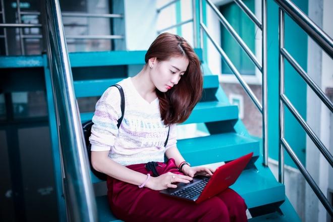 Theo chan hotgirl BB&BG den giang duong hinh anh 5   Tranh thủ giờ nghỉ giải lao, Kim Nhã check email của nhóm để thảo luận với bạn bè hoặc share các hình ảnh, thông tin cần thiết cho đối tác trên OneDrive.