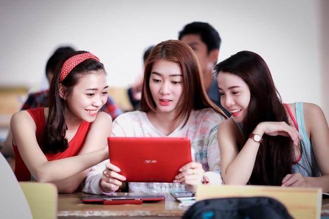 """Theo chan hotgirl BB&BG den giang duong hinh anh 7   Một ngày của Kim Nhã luôn """"xoay vần"""" với lịch học, tập diễn, quay hình, chụp ảnh nhưng cô vẫn dành ra thời gian riêng cho gia đình và bạn bè."""