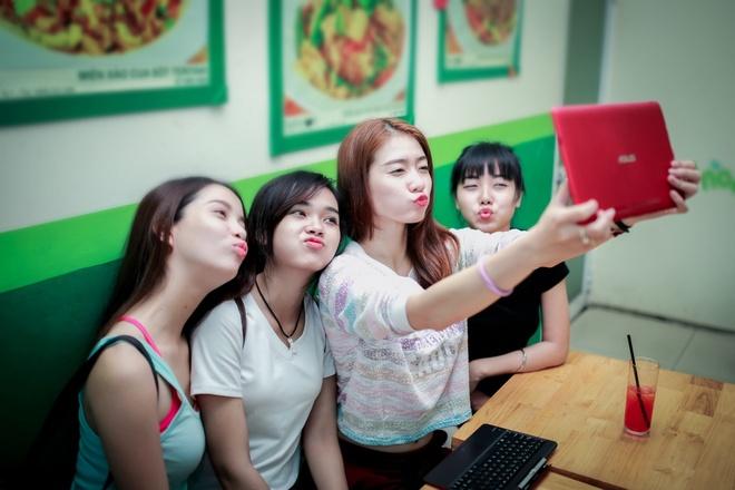Theo chan hotgirl BB&BG den giang duong hinh anh 8   Mỗi khi hẹn hò với các bạn, Kim Nhã đều không quên selfie để lưu giữ những khoảng khắc vui vẻ. Transformer Book T100 với pin dài suốt 11 tiếng là phương án tối ưu thay thế cho chiếc máy ảnh trong những buổi hẹn.