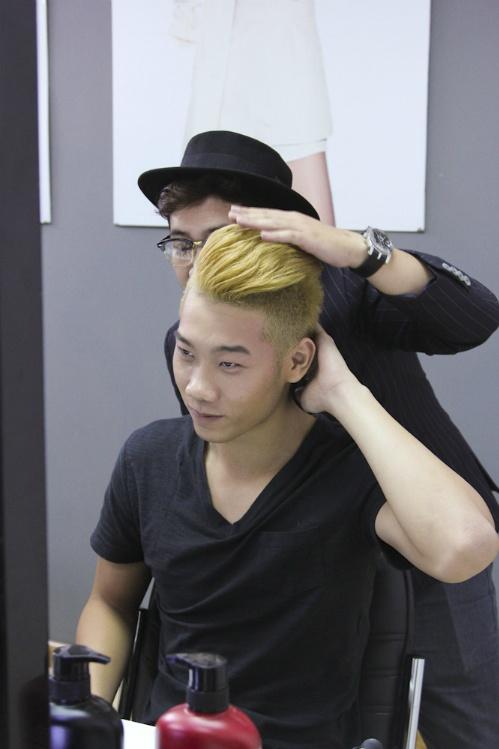 Nguyen Oanh, Van Hoi chat vat dinh hinh phong cach rieng hinh anh 1 Các nhà tạo mẫu tóc luôn đồng hành để giúp thí sinh tạo được phong cách và thể hiện rõ nét cá tính của mình.