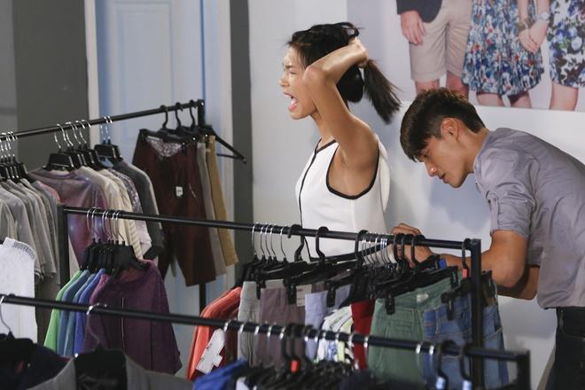 Nguyen Oanh, Van Hoi chat vat dinh hinh phong cach rieng hinh anh 4 Nguyễn Oanh cuống cuồng vì sắp hết thời gian mà vẫn chưa tìm được bộ đồ ưng ý.